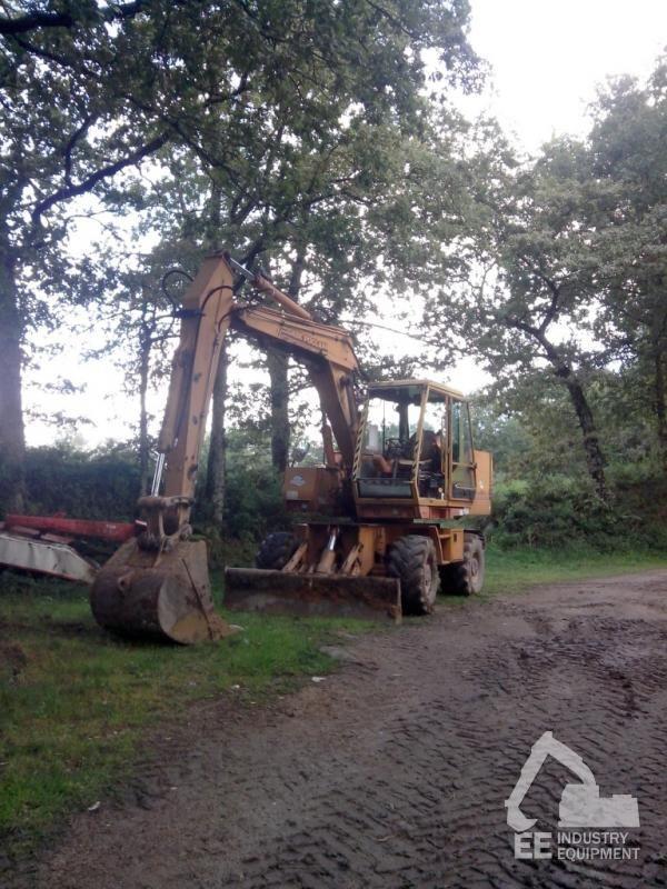 escavatore gommato CASE  POCLAIN 688 B